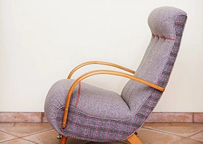 Grey curvy chair-min